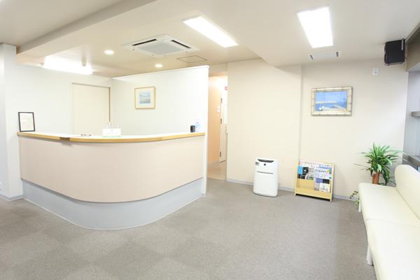 明るく清潔な待合室はスペースを十分にとり、高性能空気清浄機を設置し環境に配慮しています。
